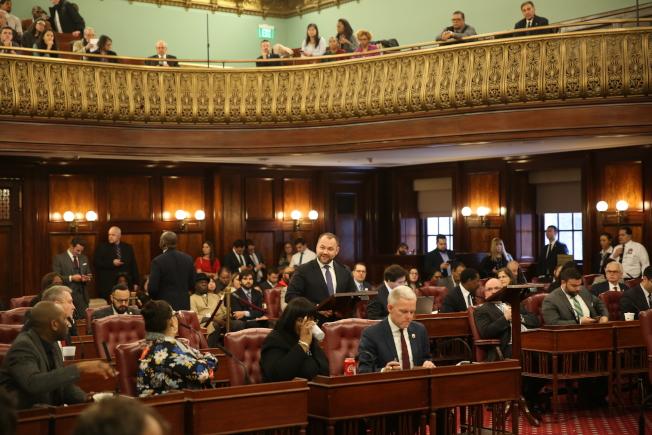張晟以市議長身分主持首次例會,宣布新一屆市議會各委員會成員及主席人選。(記者洪群超/攝影)