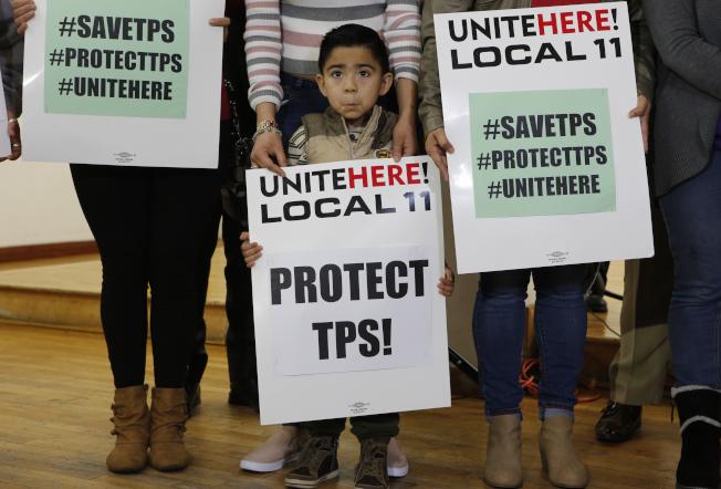 川普拒絕延長暫時保護令,將迫使20萬薩爾瓦多人離開美國。圖為來自薩爾瓦多的兒童呼籲川普政府保護難民。(歐新社)