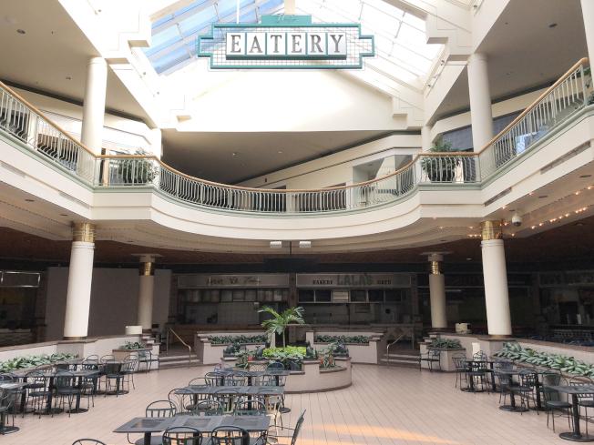 谷內購物中心空無一人的美食街。(記者陳淑玲/攝影)