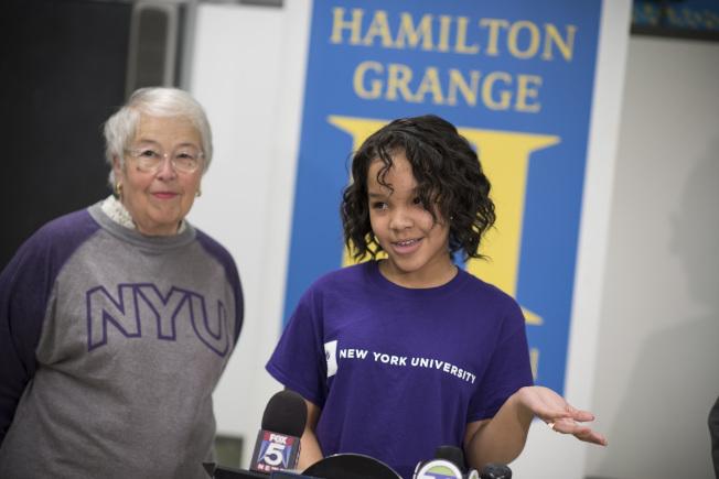 法瑞娜(左)宣布「SAT學校日」推出首年11年級考生數量創歷史新高。(Ed Reed/Mayoral Photography Office)