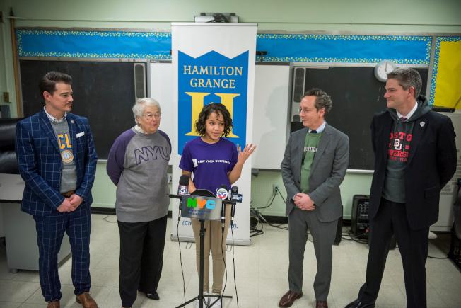 法瑞娜(左二)宣布「SAT學校日」推出首年11年級考生數量創歷史新高。(Ed Reed/Mayoral Photography Office)