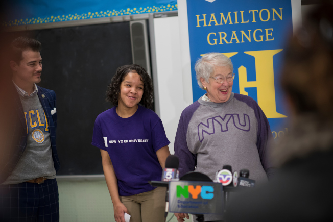 法瑞娜(右一)宣布「SAT學校日」推出首年11年級考生數量創歷史新高。(Ed Reed/Mayoral Photography Office)