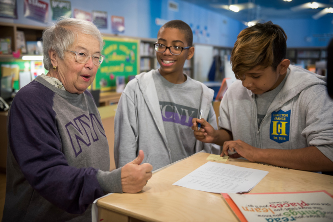 法瑞娜(左一)宣布「SAT學校日」推出首年11年級考生數量創歷史新高。(Ed Reed/Mayoral Photography Office)