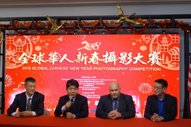 周煥新(左起)、李立言、歐盟協會主席Gieseppe Sergi宣布2018年全球華人新春攝影大賽啟動。(記者金春香/攝影)