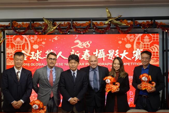 周煥新(左一)、李立言(左三)、歐盟協會主席Gieseppe Sergi(右三)宣布2018年全球華人新春攝影大賽啟動。(記者金春香/攝影)