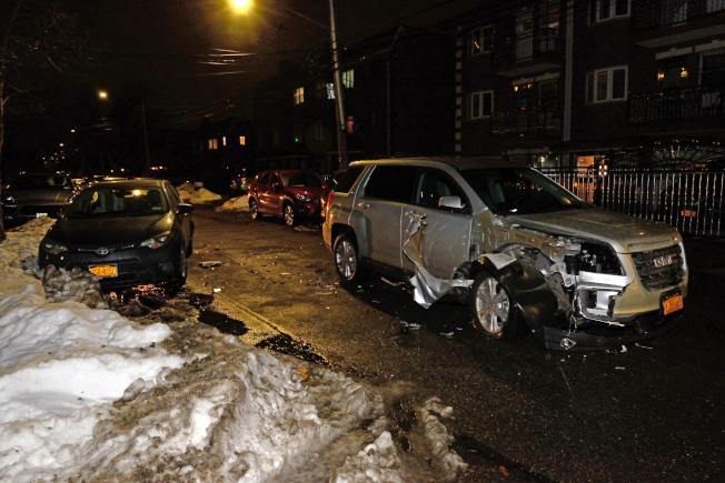 GMC撞爛路邊華人的豐田車,肇事者還怪罪對方沒把車停好。(記者朱澤人/攝影)