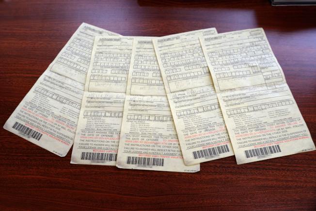 徐先生被連開五張罰單,質疑英語不好遭警欺負。(記者朱澤人/攝影)