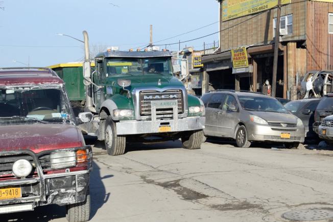 許多汽車車牌太髒,也可能會遭交警開罰單。(記者朱澤人/攝影)