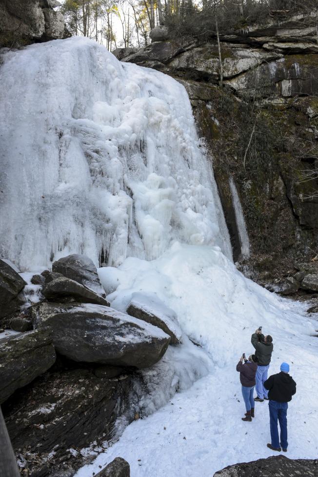美國有許多飲用水取自冰雪,圖為北卡州一處冰凍的瀑布。(美聯社)