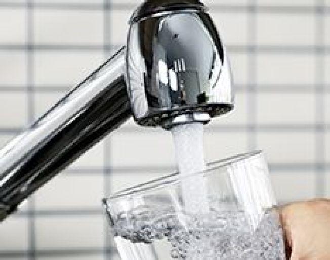 水龍頭流出的水,不宜直接飲用。(EWG)