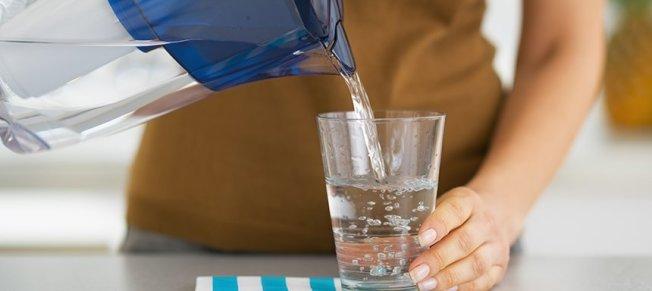 專家建議使用過瀘壺來潔淨飲水。(EWG)