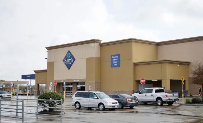 圖3:山姆俱樂部三門市驟停業突然關門,讓許多顧客、職員始料未及。11日仍驅車前往購物、上班。(記者陳開/攝影)