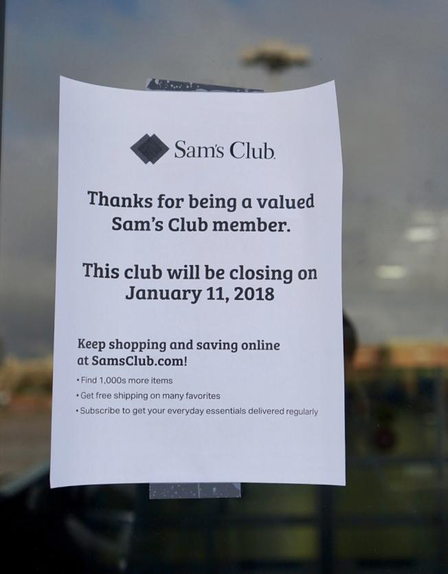 圖1:山姆俱樂部11日在大門粘貼關門告示,還附文鼓勵民眾使用公司的網購業務。(記者陳開/攝影)