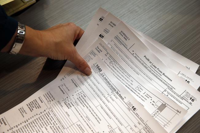 美國各地企業必須在2月15日之前,把新的所得稅預扣表納入薪資系統,因此員工下個月就會看到實際拿到的薪資改變。(美聯社)
