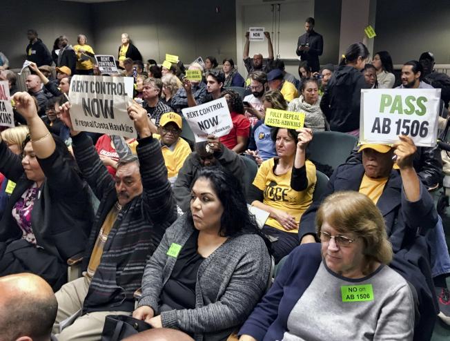 支持AB1506法案民眾在旁聽席高舉標語。(美聯社)