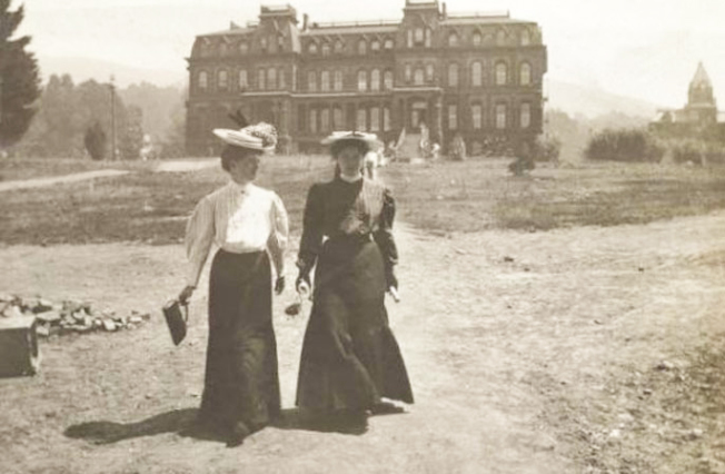 1906年的柏克萊加大女生步行在Doe圖書館前。(柏克萊加大圖書館提供)