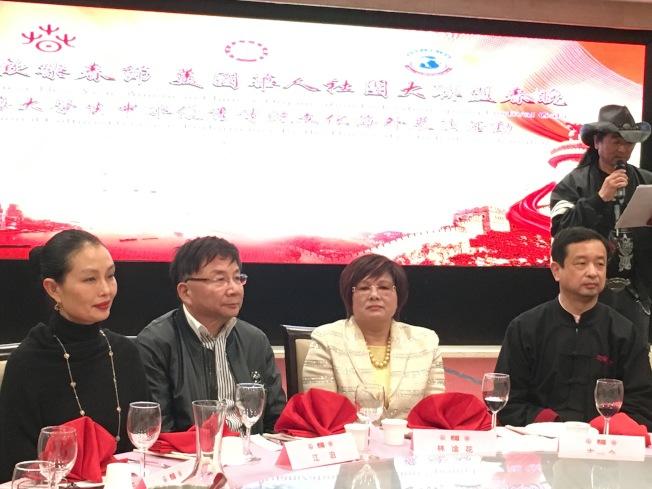 洛杉磯中國總領館文化領事王瑾(由左至右)、上海電影藝術學院院長江泊、美國華人社團大聯盟主席林淦花、及洛杉磯中國總領館文化參贊古今合影。(記者謝雨珊/攝影)