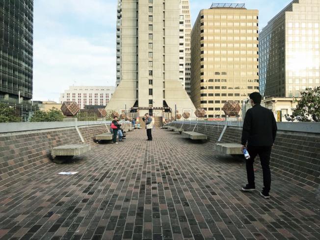 連接花園角及希爾頓旅館的乾尼街橋,將被拆卸。(記者李秀蘭/攝影)