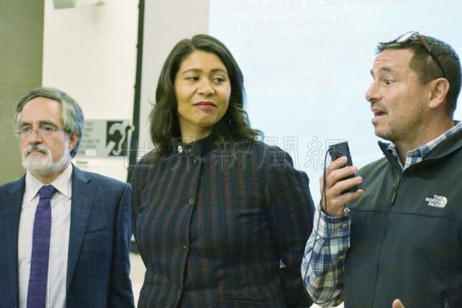 代市長布里德(中)到華埠宣布建議將重建後的花園角以已故市長李孟賢命名。左為市議員佩斯金,右為公園康樂局長金斯柏格。(記者李秀蘭/攝影)