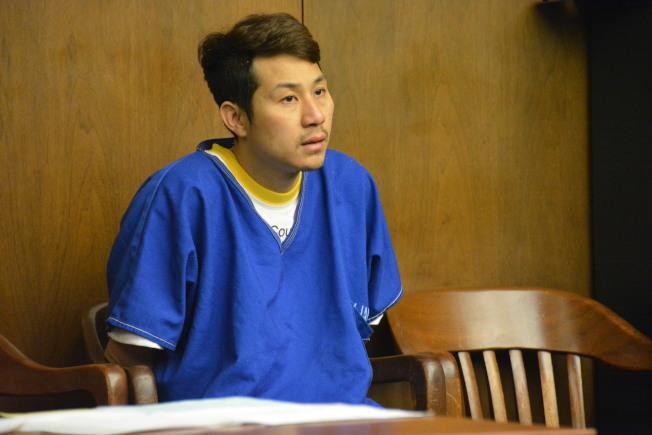 圖一,陳家樓(Andy YaLau Chen,譯音)6日上午在阿罕布拉法院過堂一身囚服現身。(記者高梓原/攝影)