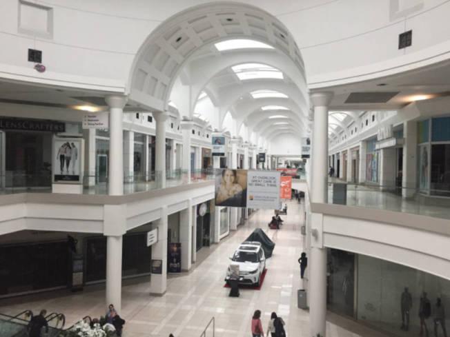 愛迪生市門羅公園購物中心被迫停電歇業。(取自社交網站)