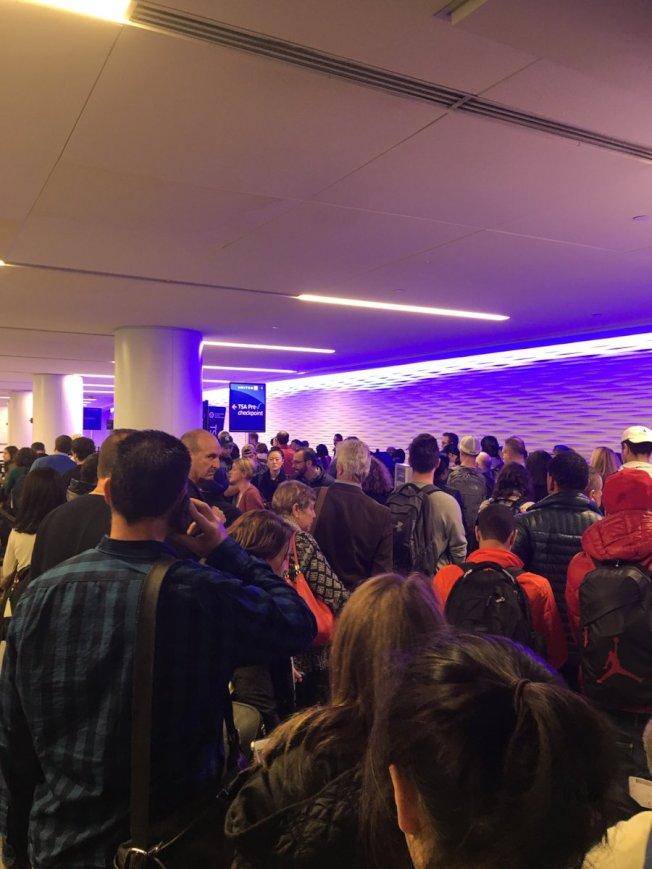 紐瓦克機場變壓器起火,旅客被迫撤離。(取自社交網站)