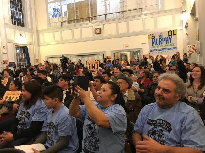 倡議組織在伊莉莎白市舉行集會,呼籲墨菲重新考慮准許無證移民申請駕照。(取自社交網站)