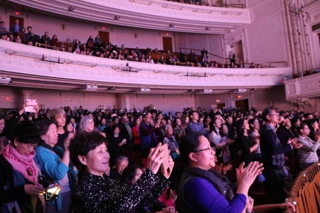 「朱䴉」在波士頓盛大演出,謝幕時全場觀眾起立高呼鼓掌。(記者劉晨懿之/攝影)