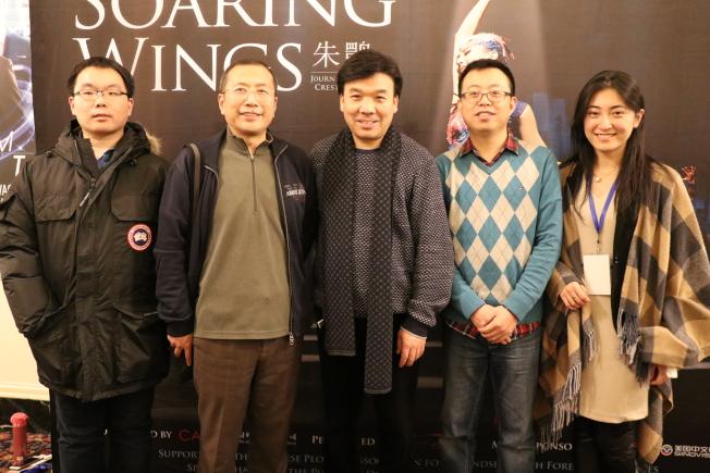 中國對外文化集團公司副總監王修芹(左二)受訪時表示,對「朱䴉」能來到藝術氛圍濃厚的波士頓非常開心。(記者劉晨懿之/攝影)