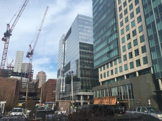 在尋找第二個總部所在城市的同時,亞馬遜繼續波士頓擴張規畫。根據波士頓房地產行業知情人士透露,該公司正在跟開發商洽談租用一至兩個棟辦公樓。(記者劉晨懿之/攝影)