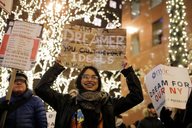 夢想生計畫受益者葛羅莉亞.門多扎本周在紐約市參加支持「潔淨」立法的示威活動。(路透)