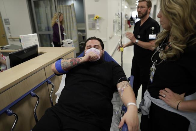 圖為10日加州艾斯康迪多(Escondido)巴羅瑪爾醫療中心(Palomar Medical Center)一位流感病患躺在床上。(美聯社)