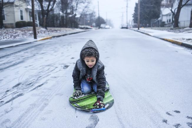 肯塔基和田納西的部分地區12日被冰雪覆蓋,迫使學校停課。(美聯社)