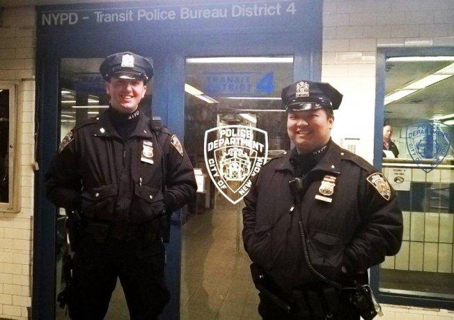 黃約翰(右)和普拉茲(左)在列車進站的15秒前將一名摔落月台的男子救出。(紐約市警提供)