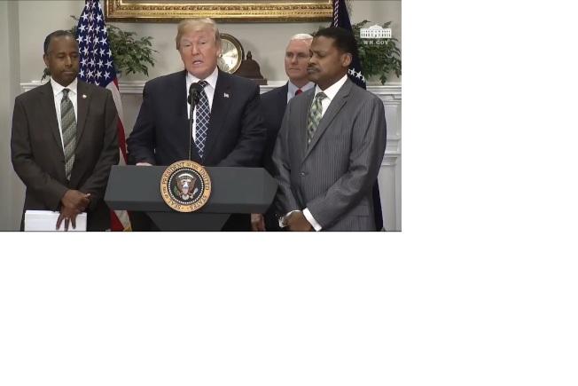 川普在白宮贊揚馬丁路德金恩的貢獻。(川普推特)