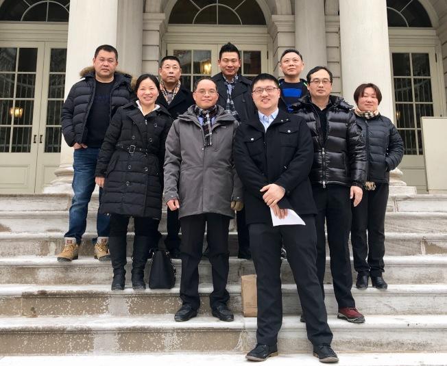 厲勝利(左四)等多位洗衣行業業主受邀前往市消費者事務局參加座談會。(厲勝利提供)