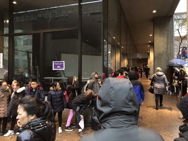 考點外站滿了等待入場的學生和陪伴的家長。(記者金春香/攝影)