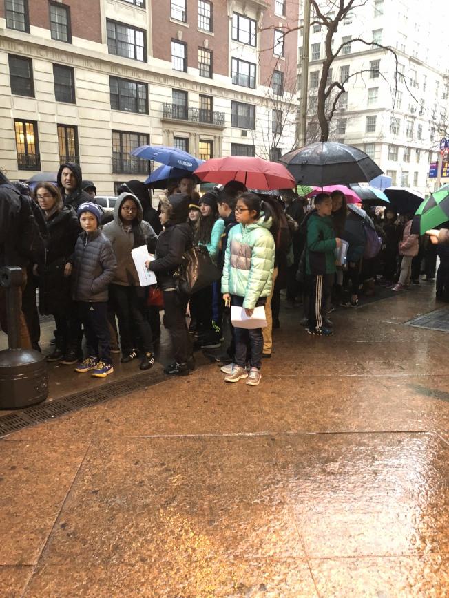 考點外站滿了等待入場的學生和他們的家長。(記者金春香/攝影)