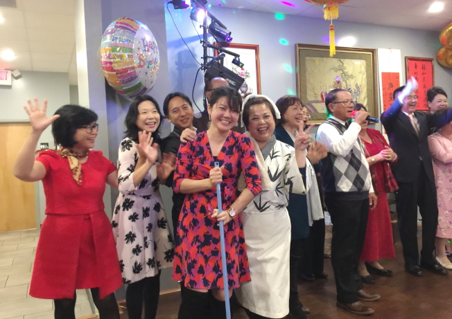 大奧蘭多台灣商會成員唱「愛拚才會贏」為該會資深顧問、北美洲台灣商會聯合總會名譽會長楊喬生祝壽。(記者陳文迪/攝影)