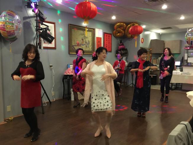 社團朋友以勁歌熱舞分享喜氣。(記者陳文迪/攝影)