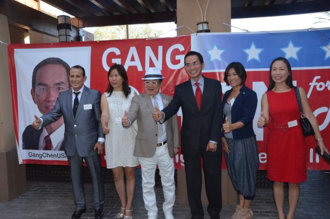 陳鋼(右三)宣布競選2018年爾灣市議員。(記者王全秀子/攝影)