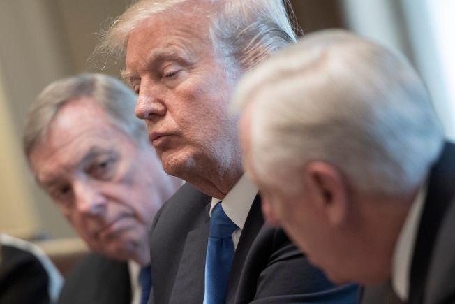 川普9日召集兩黨議員代表在白宮磋商,如何立法解決夢想生法案。左起民主黨國會參議員德賓、川普及民主黨國會參議員侯耶爾。(Getty Images)