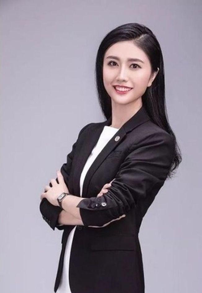深圳女律師張晴在網路高調炫富,稱「6000元上衣便宜」,引發網友砲轟。(取材自微博)