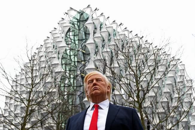 美國總統川普的蠟像11日被擺在倫敦美國駐英大使館新館前方。(Getty Images)