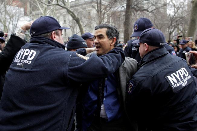 圖為11日市議員羅格貴茲在曼哈頓被紐約市警逮捕。(路透)