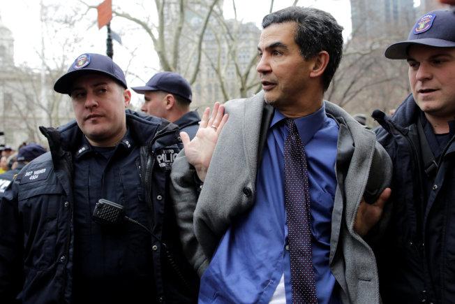 市議員羅格貴茲指控警察在抗議移民權益領袖被拘留的集會中,以鎖頸方式逮捕他。(路透)