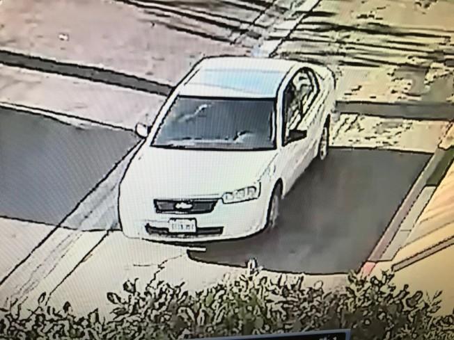 嫌犯駕駛的是一輛白色四門汽車。(爾灣警局提供)