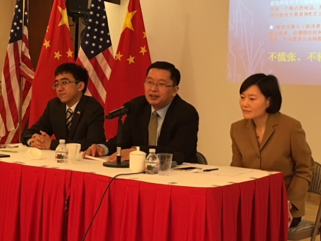 中國駐洛杉磯總領館12日舉行謹防電信詐騙會,呼籲民眾提高警惕,不要成為電信詐騙犯罪羔羊。出席者有新聞發言人高飛(左起),副總領事代双明,僑務二組組長周咏梅。(記者楊青╱攝影)