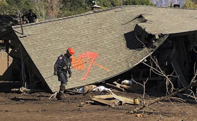 一名消防員對一幢房屋進行第二次搜救。(美聯社/聖塔芭芭拉縣消防局提供)