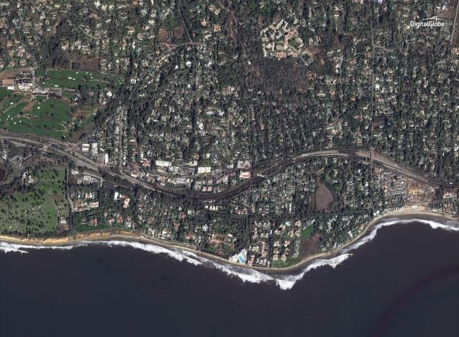 2018年1月10日衛星照片顯示蒙特西度101號公路兩邊很多房屋「不見了」。(美聯社/數位地球新聞處提供)